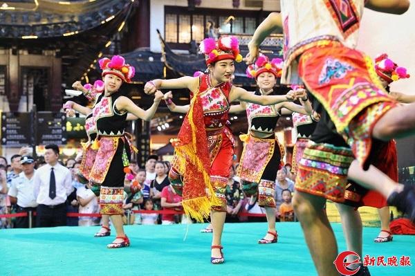 图说:云南曲靖少数民族舞蹈在豫园上演1 周馨摄.jpg