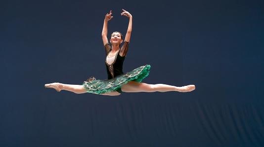 上海国际芭蕾舞比赛落幕 史越、敖定雯分获成人组男女金奖