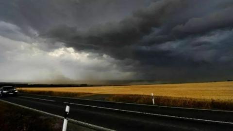 高温紧接飓风暴雨,火车停运机场关门,德国在火热水深之中