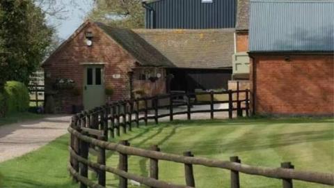 有钱人才过得起英国农村生活?这家人不信,结果半年就慌了…
