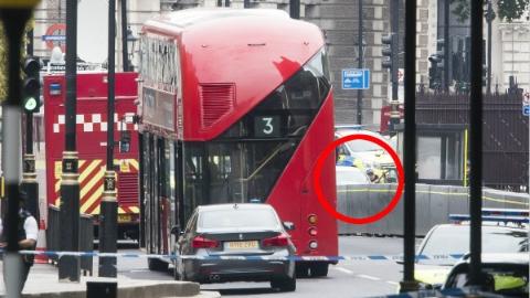 英国议会外男子驾车冲撞行人 被定为恐袭