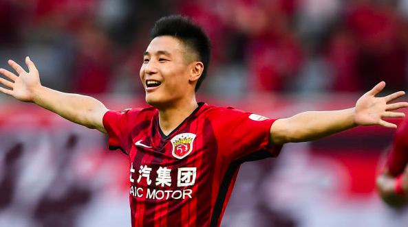 武磊梅开二度再创中超进球纪录 上港3比1击退富力