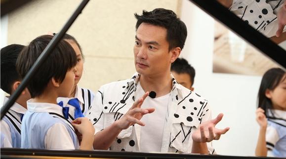 """李泉拄拐当""""陪练"""" 用琴技让小琴童们体验一场特别的""""夏令营"""""""