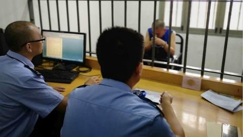 """上海警方破获新型""""碰瓷""""案  记者昨对话""""十一进宫""""""""碰瓷鼻祖"""""""