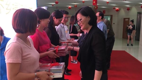 """上海慈善基金会雨中""""送书"""" 4500册新书进入青浦14个农家书屋"""