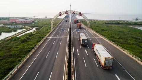 东海大桥上午恢复通行 限速50公里/小时 所有市内轮渡停航