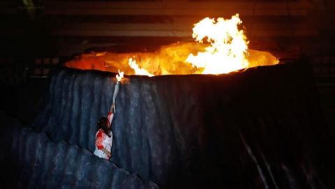 """""""火山""""顶上圣火燃 朋加诺体育场时隔56年再迎亚运圣火"""