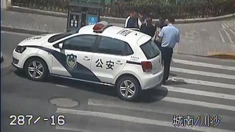 只是因为在人群中多看了你一眼……民警一下子认出他就是犯罪嫌疑人!