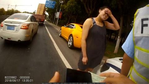 开套牌车被扣证后又伪造驾照上路  无法无天女司机被行拘