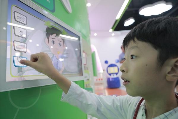 全国首个儿童医学体验馆在轨交12号线顾戴路站启用