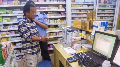 """男子趁店员不备将""""贼手""""伸向药房 不料次日就被警方抓获"""