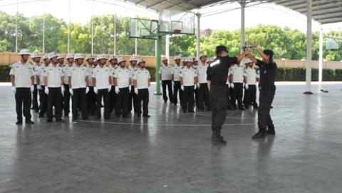 新学期开学在即,松江骨干特警手把手培训校园保安