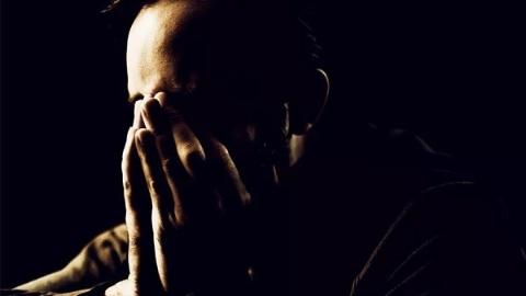 男性面对哀伤更倾向于克制