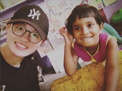图说:沈佳颖(左)和斯里兰卡小朋友在一起 这个暑假对上海松江二中2018届高三(12)班沈佳颖来说,是终于实现心愿的一个假期。因为她终于报上名了,去斯里兰卡美瑞莎支教!这是她自初中毕业以来就一直想参加的国际义工活动,当时受限于未成年没能如愿。今年高考结束后,总算拥有了大把闲暇时光,年龄也已年满18周岁,便迫不及待地报名参加了。支教生活虽然只有短短的一周,但让佳颖收获不少,她在日记中说,支教让她重新认识了世界,也更懂得感恩,学会耐心,是一次新的成长。放弃旅行做义工,这个选择没错。 为小朋友们自制教材