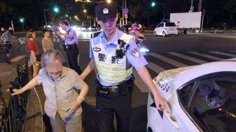 【暖新闻】八旬老人忘记回家路 警民协力助老人回家