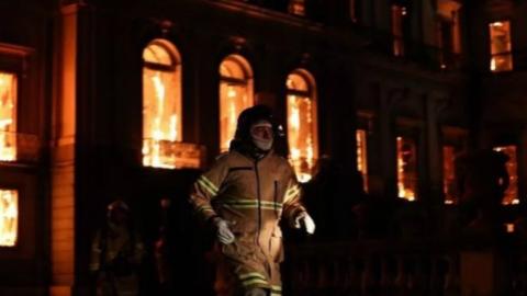 巴西国家博物馆大火:2000万件珍贵藏品或付之一炬