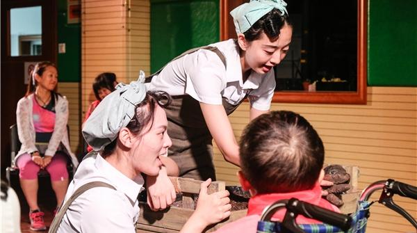 """4个演员为6个孩子表演,这个团队为特殊儿童搭起一座""""可爱的农庄"""""""