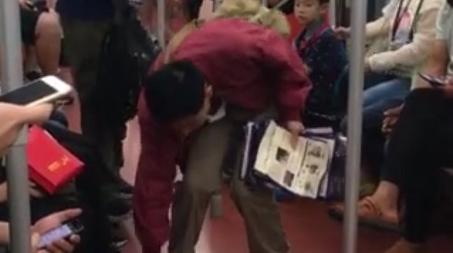 男子地铁上主动捡广告纸成网红  网友:被感动到了