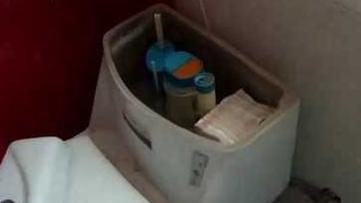 小偷为掩人耳目 将成捆现金藏在马桶内