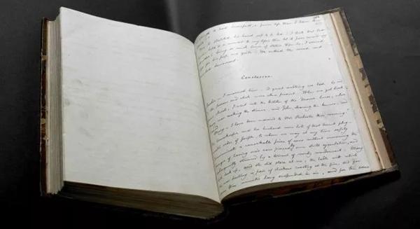 手稿上有很多排字工人沾了油墨的指印,还有几位工人的铅笔签名。《简·爱》创作手稿誊写本,第三册,夏洛蒂·勃朗特作,1847年。(大英图书馆供图).jpg