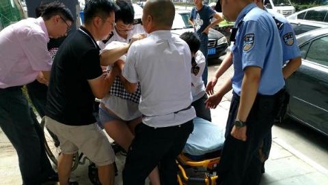 轨交民警车站工作人员协力将孕妇送医