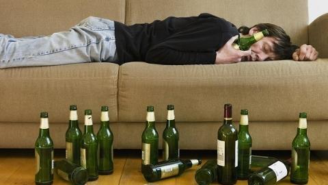 宿醉男子酒后失忆以为电瓶车被盗