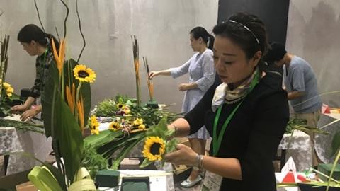 精心剪裁插出优美造型 上海市民海派插花花艺大赛复赛举行
