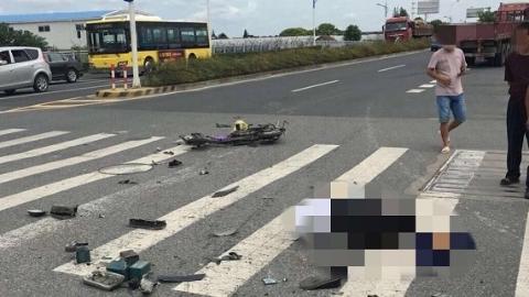 嘉定区浏翔公路:半挂大货车撞击电瓶车 一男子身亡