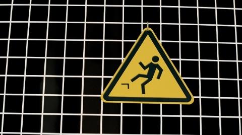 险!一清洁工打扫时从超市自动扶梯上跌落 所幸无生命危险