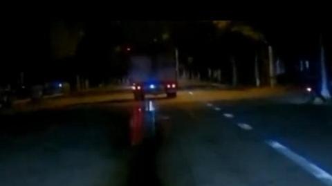 厢式货车边开边排污水 车主将面临处罚