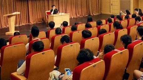 """作家赵丽宏告诉师生和家长:爱看书不等于会""""阅读"""""""
