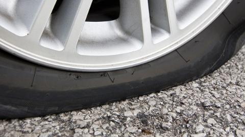 S4沪金高速上水泥块散落 途经车辆爆胎