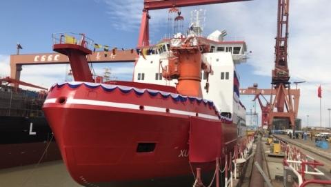 """首艘""""中国造""""极地破冰船下水 命名为""""雪龙2""""号"""