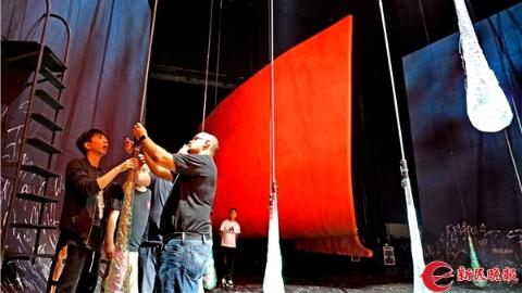 """花了2个月6个集装箱,""""漂泊的荷兰人""""终于把船""""停靠""""在上海大剧院"""