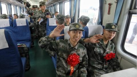 上海45名进藏新兵上午启程  胸佩红花奔赴雪域高原