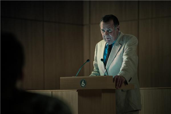 """《超级泰坦》""""泰坦计划""""负责人马丁·科灵伍德教授(汤姆·威尔金森饰).jpg"""