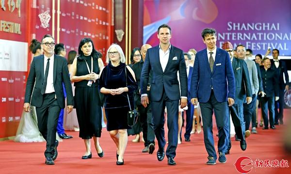 """30个国家组成的""""一带一路""""电影节联盟成员走在上影节红毯上-郭新洋.jpg"""