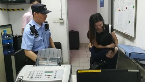 外籍游客坐地铁和家人走散 民警挨站找寻助团聚
