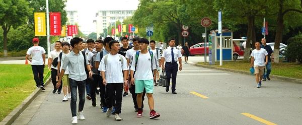 图说:上海工程技术大学2018级新生报到 学校供图.jpg