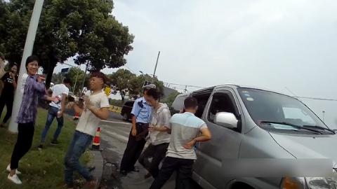 视频详解,面包车如何塞下16人?警察开车门时都吓一跳