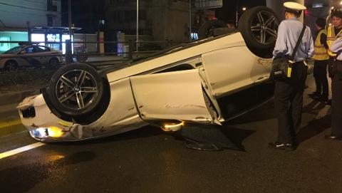 轿车失控撞立柱 四轮朝天翻了个