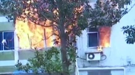 """长江二村:熊熊大火从一居民家窗口""""喷""""出"""