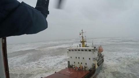 东海救助局昨出动救助直升机 海上倒飞救出9名缅甸籍船员