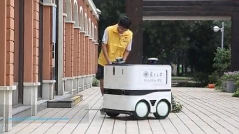 """""""快递小哥""""来了!复旦学生团队自主研发无人配送机器人亮相世界AI大会"""