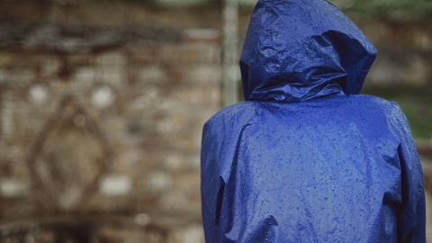 一男子顺拿他人雨衣,同时顺走雨衣下的千元现金