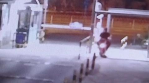 小区居民电瓶车频频被盗 警方视频追踪揪出盗车团伙