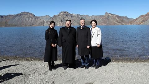 朝韩领导人携手登顶白头山