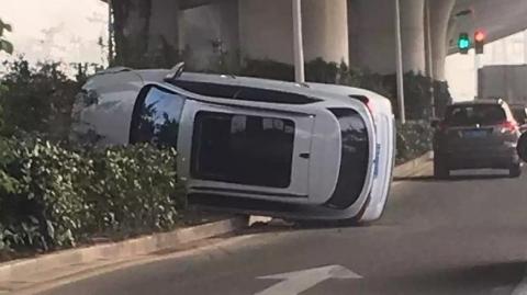 今晨华夏中路发生两车相撞事故,其中一辆SUV侧翻