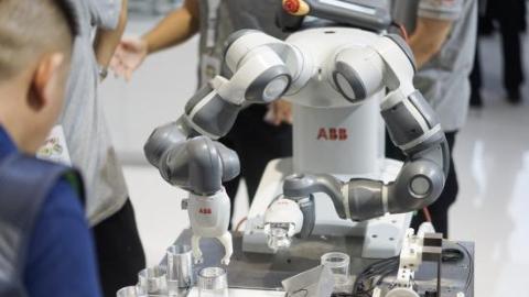 """工博会60多款机器人新品首发 今后请做好和""""钢铁侠""""当同事的准备"""