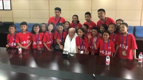 扎西德勒!吴孟超医学基金资助17名西藏优秀少先队员到沪参观学习